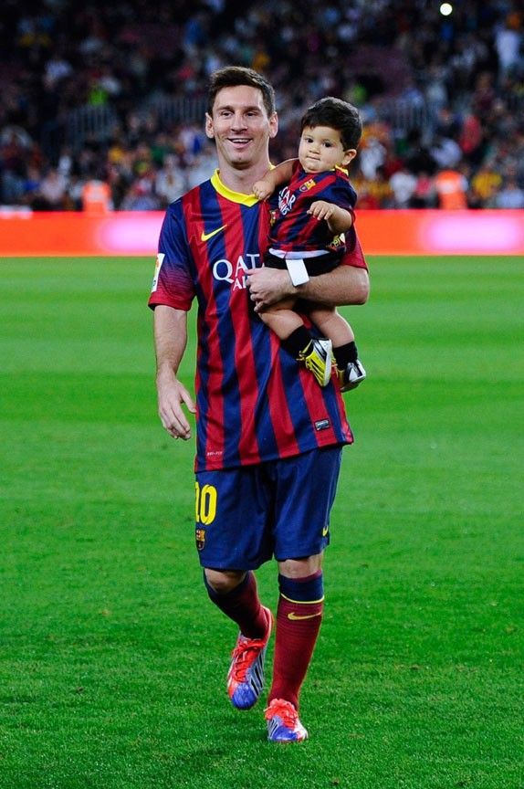 Lionel-Messi-avec-son-fils-Thiago-sur-la-pelouse-du-Camp-Nou-le-24-septembre-2013_portrait_w674